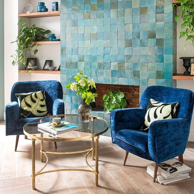 ý tưởng phòng khách màu xanh độc và lạ bức tường cách điệu màu xanh
